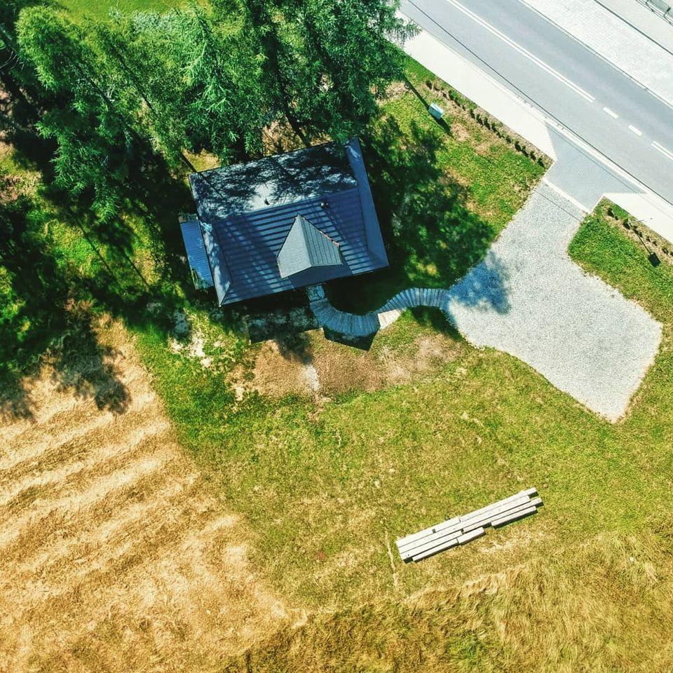 Dom z drzew wraz z parkingiem