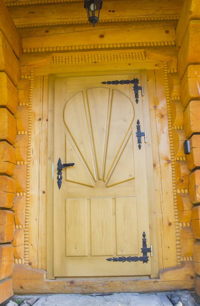 Drzwi góralskie wraz z kutymi elementami